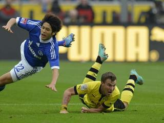 Atsuto Uchida against Grosskreutz in 141st Revierderby.jpeg