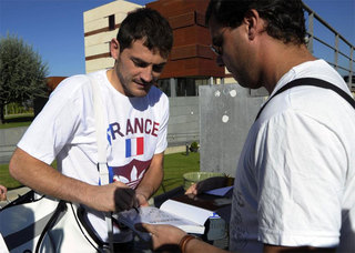 Iker Casillas in FRANCE T-shirt before the match against France.jpg