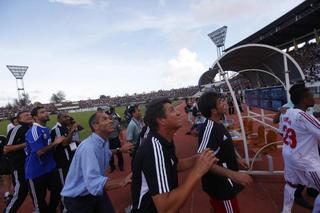 Paul le Guen receives jets from Myanmar supporters.jpg
