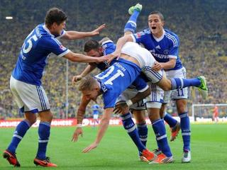 Schalke players celebrate 2nd goal against BVB in 141st Revierderby.jpeg